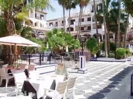 La Plaza met winkels en restaurants bevindt zich op 10 minuten lopen van het appartement.