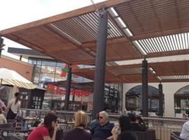 Het gloednieuwe winkelcentrum Zenia Boulevard ligt op 2 km van het appartement. Hier kunt u winkelen in de vele merkwinkels en de supermarkt. Op de gezellige terrasjes is Wifi gratis te verkrijgen.