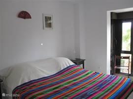 Slaapkamer 1: tweepersoons bed met goed matras, vaste kastruimte. Extra ventilator in de kast.