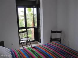 Slaapkamer 1: openslaande ramen naar binnen en rolluiken.