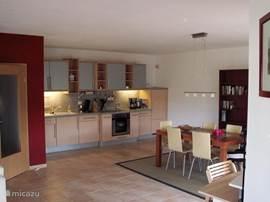 Open keuken voorzien van alle gemakken; vaatwasser, oven, magnetron, Senseo, koffiemachine, waterkoker etc.