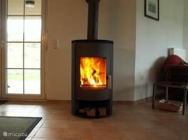 De houtkachel in de woonkamer voor extra sfeer tijdens koude winterdagen of frisse herfstavonden