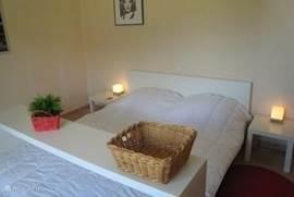 De 1e slaapkamer met extra lang (220cm) 2-persoons bed met als thema 'Amerika'