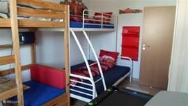 Kinderkamer met stapelbed (3-persoons, 140x200 onder en 90x200 boven dus ook voor volwassenen geschikt) met als thema 'raceautos'