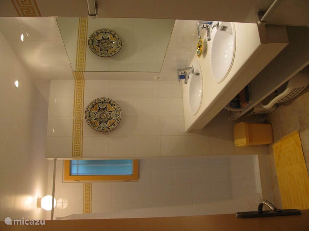 grote badkamer met douche