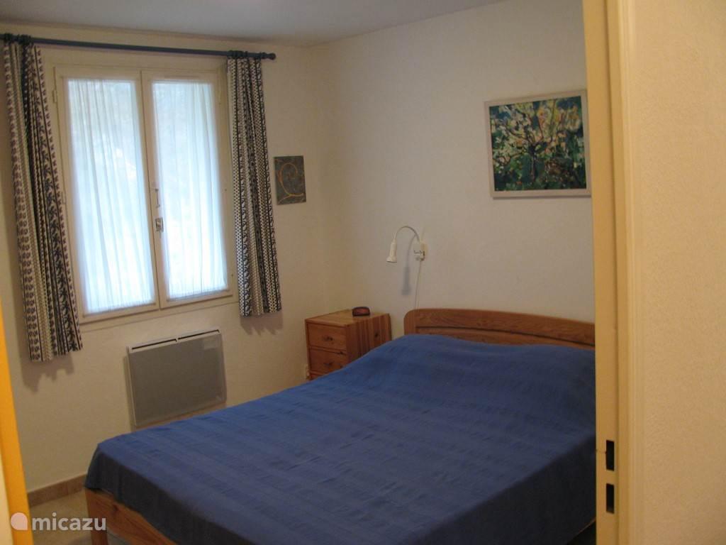 blauwe slaapkamer met een twee persoonsbed