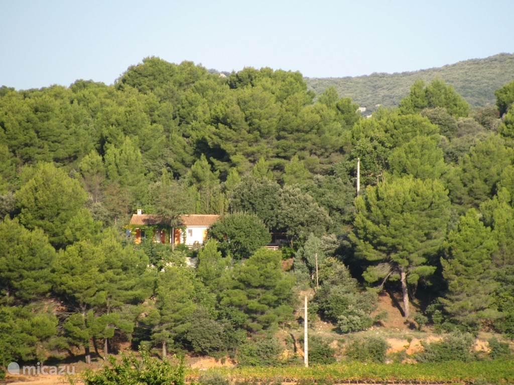 ons huis op de heuvel van grote afstand