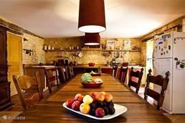 Hele grote keuken, met een tafel van 4 meter voor 14 personen.