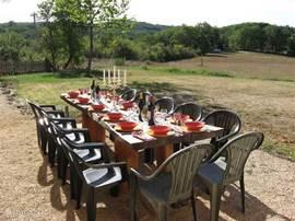 Terras met tafel voor een lange, zwoele zomer-avond!