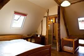 Slaapkamer 1 met badkamer-en-suite