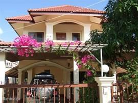 Een vrijstaand huis,oppervl. 200 m2.Ligging in een rustige omgeving.Het is maar 12 km.van Chiangmai centrum.Goed bereikbaar met openbaar vervoer.Het zwembad is maar 100 m.verder.Binnen 5 km liggen diverse toeristische attracties en het plaatsje Mae- rim.