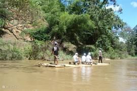 Niet ver van ons huis is een olifantenkamp en je kunt er ook op een vlot op de rivier varen
