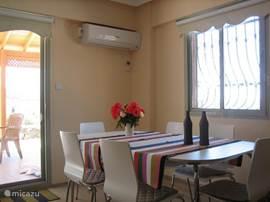 Eetkamer tafels zijn groot al worden deze in zomer periode nauwelijks gebruikt. Uiteraard inclusief een (grote) airco.