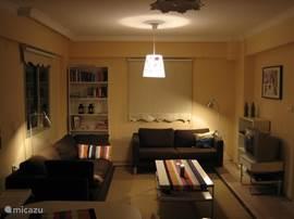 De indeling van beide woonkamers is nagenoeg gelijk. Beide woonkamers hebben televisie met satellietontvanger en hebben Nederlandse zenders (Canal Digitaal). Ook zijn er voldoende boeken, dvd's en spelletjes.