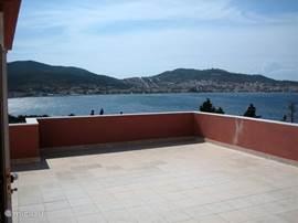 Dit is het fantastische uitzicht vanaf het dakterras. U kijkt over de baai naar het dorp, de haven en richting Griekenland (Lesbos). Vanaf het dakterras kunt u de zon onder zien gaan achter de bergen. Ook 's nachts onder de sterrenhemel is het uitzicht over het dorp met alle lampjes adembenemend.