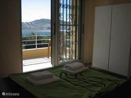 Een van de 6 slaapkamers met prachtig uitzicht weer.