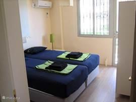 Een van de zes slaapkamers. Alle slaapkamers hebben eigen airco.