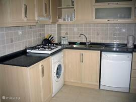 Er zijn 2 keukens met ieder een vaatwasser, zeer ruime koelkast met grootvriesvak, wasmachine en gekoelde waterflessenhouder.