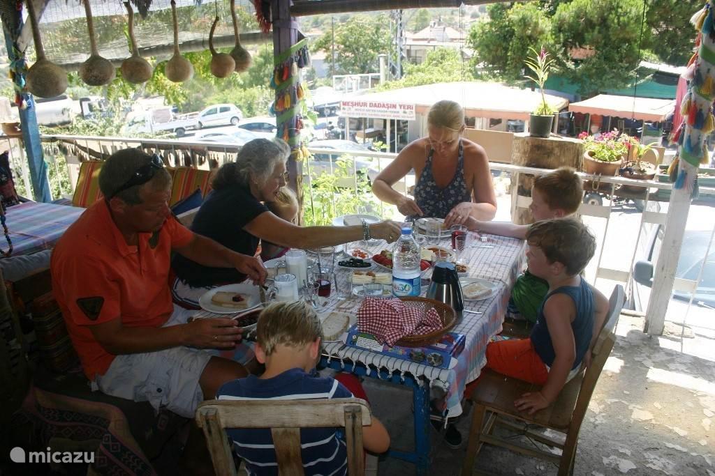 Gezellig ontbijten of brunch op z'n Turks in een nabij gelegen dorpje.