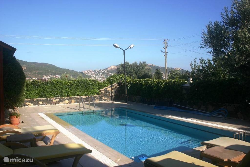 Zwembad met veel zon en ook schaduw als je dat wilt. Het zwembad is volledig omheind, dus veilig voor de kinderen.