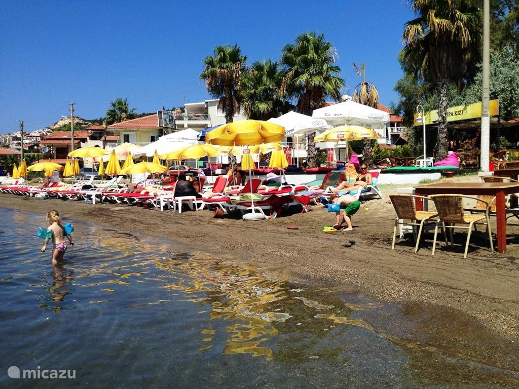 Een van de vele mogelijkheden voor het strand bezoek. Kiest u zelf voor een van de baaitjes in de omgeving: volledig verlaten of juist met een beach club. Deze strandtent is gelegen midden in het dorp zelf.
