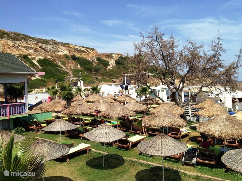 Mambo beach club, gelegen langs de weg tussen Yeni Foca en Eski Foca, met dance muziek, zwemsteiger, groot zwembad. Hier is altijd veel vertier en heel leuk voor de jeugd.