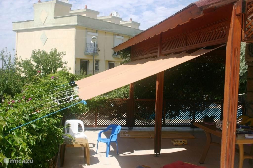Het zwembad op de achtergrond is volledig omheind. Onder de patio heeft u heerlijk schaduw, evt aan te vullen door nog extra doeken te plaatsen. Door de begroeiing heeft u volledige privacy op uw terras.