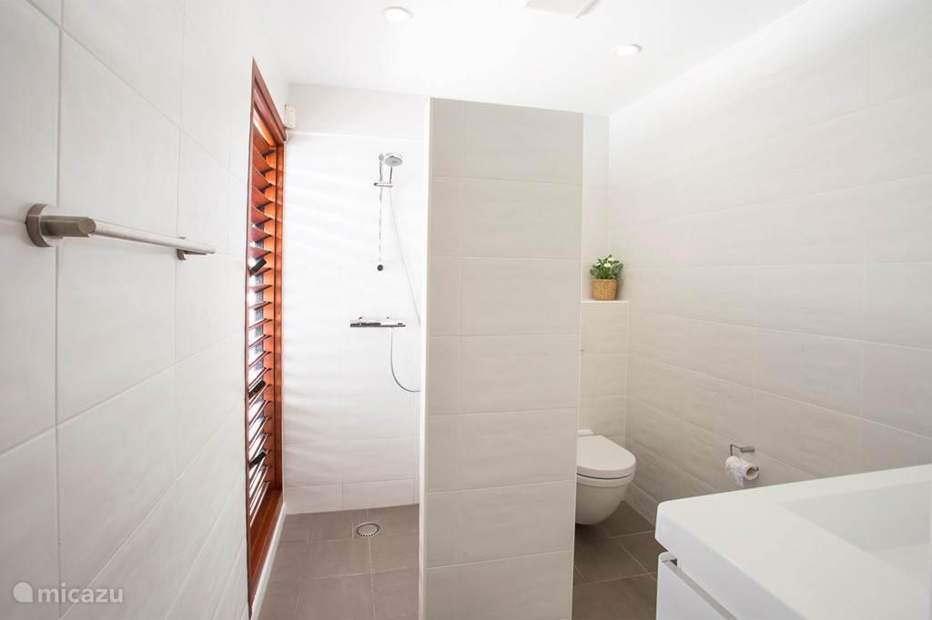 frisse witte badkamers