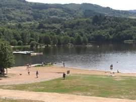 Lac Aubusson. Heerlijk zwemmen en spelen,een bootje huren of een lekker drankje in de schaduw van een terrasje drinken.