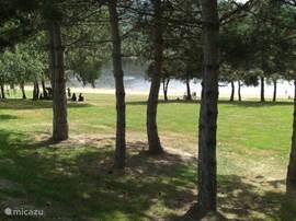 Lac Aubusson. Op 5 minuten rijden van Maison Colette. Als het te warm is kunt u verkoeling zoeken onder de bomen. Hier zijn ook picknickplaatsen en barbeques.