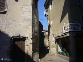 De Bakker in Courpière, een eeuwenoud stadje op 10 minuten rijden van Le Mayet. Hier is dinsdagmorgen markt tot 12.00 uur.