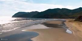 Het strand van Bolnuevo op 20 minuten rijden.