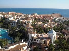 Het luxe appartement ligt aan de rand van het centrum en aan de voet van de kilometerslange boulevard van Torrevieja en ligt op slechts 200 meter van de zee en het zandstrand. Vanaf het balkon heeft u een fantastisch zeezicht.