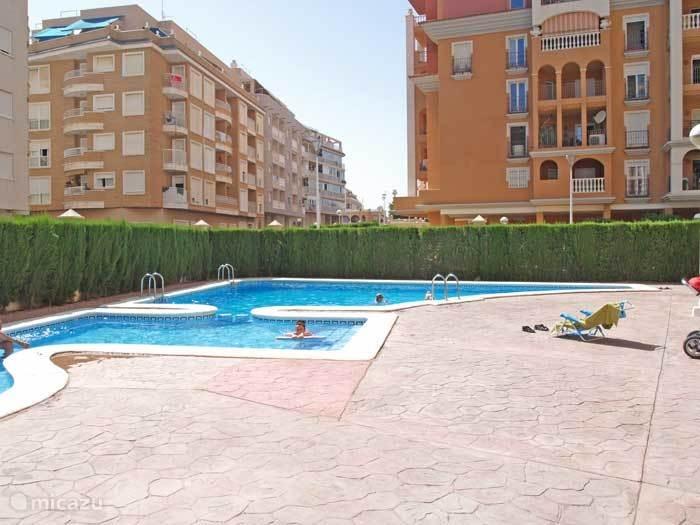 Gemeenschappelijk zwembad op afgesloten terrein bij complex