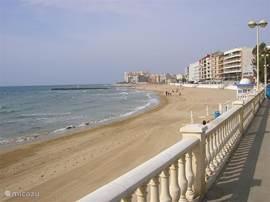 het strand Playa de los Locos. U loopt de straat uit en bent op het strand.