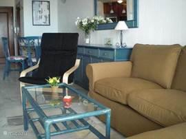 Woonkamer met 3-zits bank, relax stoel en salontafel