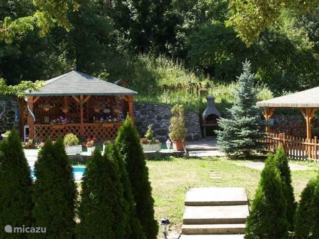 Uitzicht op de tuin met zwembad en terras.