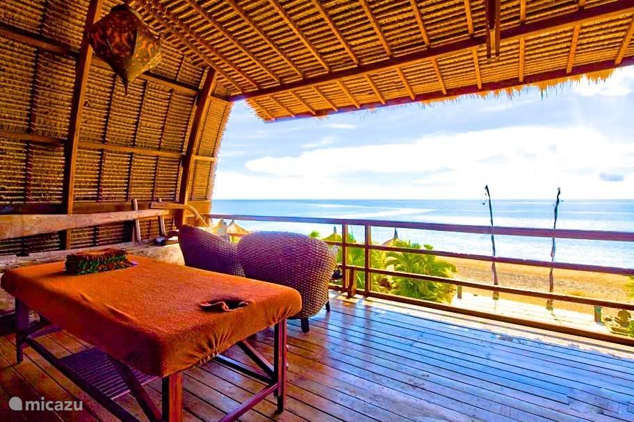 massage tafel met uitzicht over de bali zee op het terras van villabuddha