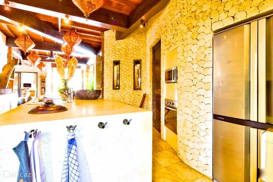 Keuken met alle mogelijke luxe en personeel