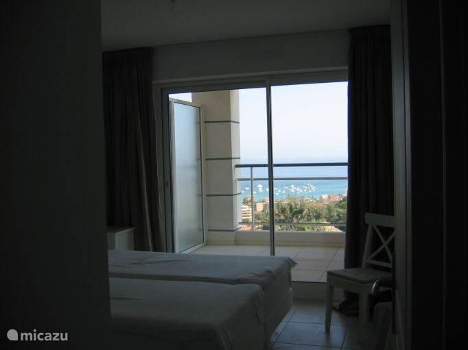 Slaapkamer met doorkijk naar het balkon.