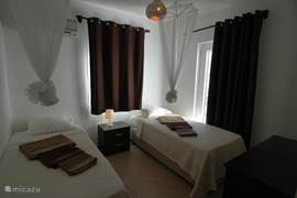 Slaapkamers voorzien van comfortabele 2 een- persoonsbedden. De gordijnen zijn verduisterend waardoor de vroege ochtendzon uw nachtrust niet verstoord.