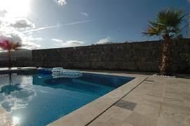 Het prive zwembad heeft een afmeting van 4 x 6 meter en een diepte van 1,7 m.  Wij hebben bij alle villa's de nieuwste techniek, waardoor het chloor-gehalte in het water geminimaliseerd is. Iedere dag wordt het zwembad onderhouden door onze zwembad man.