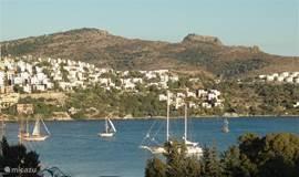 Alle villa's hebben een vrij uitzicht vanuit de tuin over de baai van Gundogan.