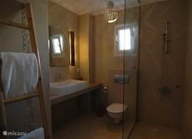 Alle ruime badkamers zijn voorzien van een glazen inloopdouche. De sfeervolle aankleding van de badkamer bestaat uit bamboe en hout. Tevens heeft ieder badkamer een toilet.