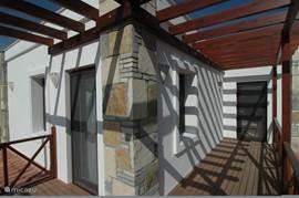 Het grote doorlopende balkon is via zowel een slaapkamer als ook de ouder slaapkamer bereikbaar.
