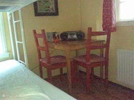 Slaapkamer met stapelbed en zithoekje