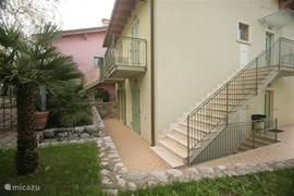 terras achter het huis, biedt schaduw als het aan de voorkant te warm is.