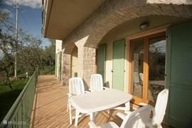 terras aan de voorkant van het huis, voor de keuken.