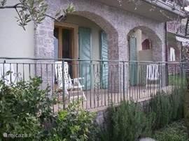 balkon/terras aan de voorkant van het huis. Vanaf hier heeft u een heerlijk uitzicht van het leukste Meer dat er is.