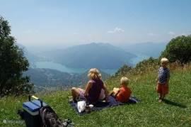 pick-nic in de bergen met uitzicht op het meer